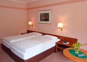 Ein Bett oder Betten in einem Zimmer der Unterkunft Waldhotel Felsenkeller
