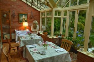 A restaurant or other place to eat at Old Quarry Cottage