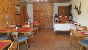Ein Restaurant oder anderes Speiselokal in der Unterkunft Pension Kastel
