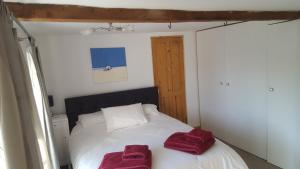 A bed or beds in a room at Toffeetin Cottage