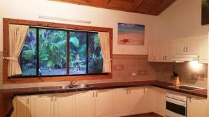 A kitchen or kitchenette at SWR Rainforest Retreat 1