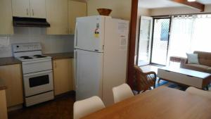A kitchen or kitchenette at Tea Tree Lodge at Hat Head