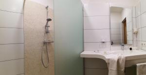 A bathroom at Hotel Restaurant zum Schwan