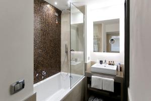 A bathroom at Quirinale Luxury Rooms