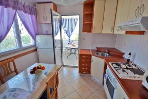 A kitchen or kitchenette at Apartments Residence Sunce Supetar