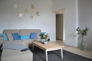 A seating area at Vee 4 City Center Apartment