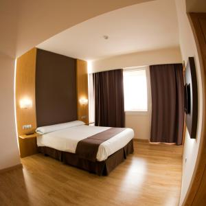 A bed or beds in a room at Hotel Jatorrena