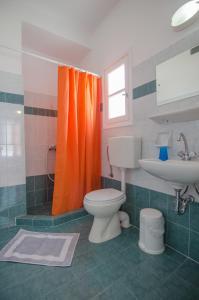 Ένα μπάνιο στο Athena Rooms
