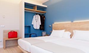 A bed or beds in a room at Hotel Ciudad de Burgos