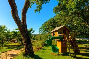 Zona de juegos infantil en Pousada dos Pireneus