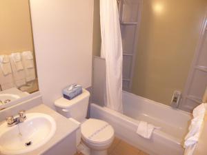 A bathroom at Motel de l'Anse a l'Eau