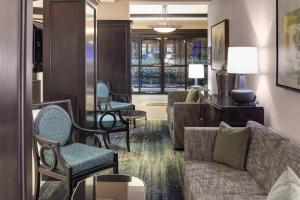 A seating area at Hampton Inn Suites - Gainesville Downtown