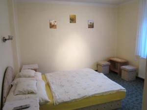 Posteľ alebo postele v izbe v ubytovaní Pummer Vendégház