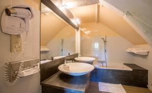 A bathroom at auberge le relais