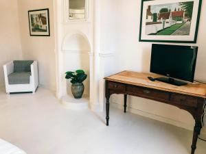 Een TV en/of entertainmentcenter bij Gastenkamers In de Bleick