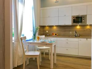 A kitchen or kitchenette at InHome Sopot 2