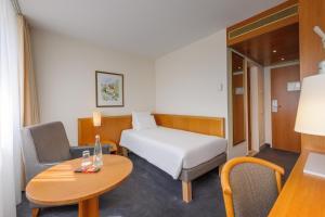 سرير أو أسرّة في غرفة في نوفوتيل فرايبورغ أم كونتسيرتهاوس