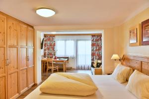 A bed or beds in a room at Hotel Garni Stockinger