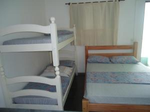 Uma ou mais camas em beliche em um quarto em Pousada Recanto das Tartarugas