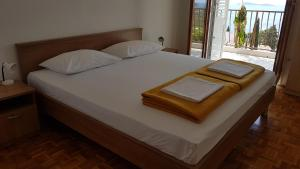 A bed or beds in a room at Apartments Kust