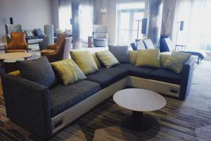A seating area at Courtyard by Marriott Owensboro
