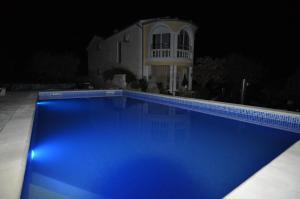 Der Swimmingpool an oder in der Nähe von Studios Lav