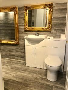 A bathroom at Luxury Apartment