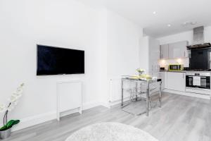 A television and/or entertainment centre at 2-bed Notting Hill / Portobello