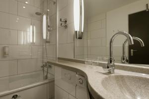 A bathroom at Mercure Hotel Düsseldorf Neuss