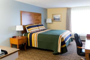 A bed or beds in a room at Columbia Gorge Inn