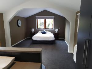 A bed or beds in a room at Montrose Barn House
