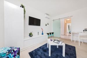 A television and/or entertainment centre at Apartment MarVista with Beautiful Sea View 2+2