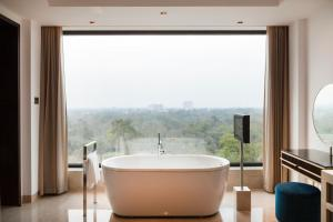 A bathroom at The Oberoi New Delhi