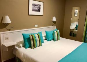 Łóżko lub łóżka w pokoju w obiekcie Hotel Spa La Quinta Park Suites
