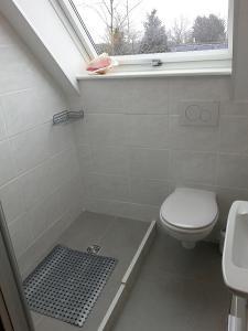 Ein Badezimmer in der Unterkunft Cremers Ferienwohnung ist für immer eingestellt