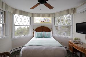 A bed or beds in a room at Cape Arundel Inn and Resort