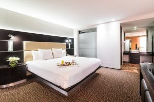 A bed or beds in a room at Exe Cities Reforma