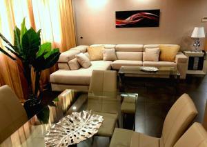 A seating area at ArtPlatinum Suites & Apartments