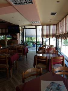 A restaurant or other place to eat at Qiqi Hotel