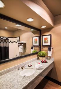 A bathroom at Best Western Premier Helena Great Northern Hotel