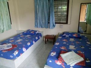 A bed or beds in a room at Happy Bungalow