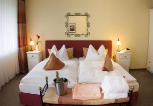 Ein Bett oder Betten in einem Zimmer der Unterkunft Sonnenhotel Amtsheide