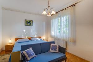 A seating area at Apartments Beba