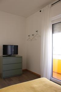 Uma televisão e/ou sistema de entretenimento em Carmo Terrace Apartment