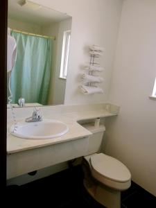 A bathroom at Deluxe Inn Redwood City