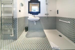 A bathroom at Best Western Hôtel Journel Saint-Laurent-du-Var