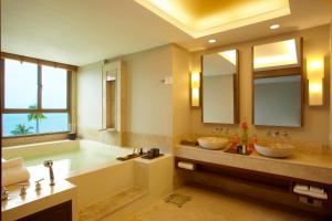 A bathroom at ShaSa Resort & Residences, Koh Samui
