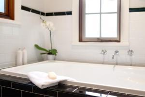 A bathroom at Oak Tree Lodge