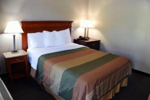 A bed or beds in a room at Lynchburg Country Inn