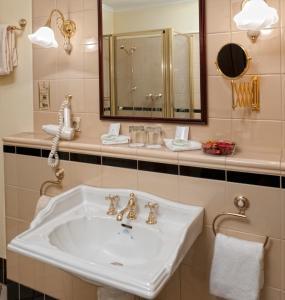 A bathroom at Hotel Villa Weltemühle Dresden